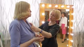 资深妇女尝试耳环美发师谈话时尚商店 股票视频