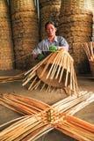 资深妇女帆布篮用手 免版税图库摄影
