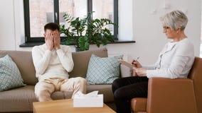 资深妇女心理学家和哀伤的人患者 股票录像