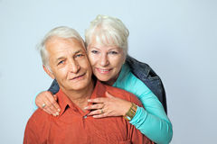资深妇女拥抱她的丈夫从后面3 免版税库存照片