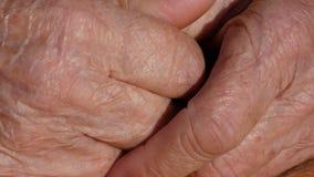 资深妇女按摩痛苦的手 在祖母特写镜头的手指的起皱纹的皮肤 影视素材