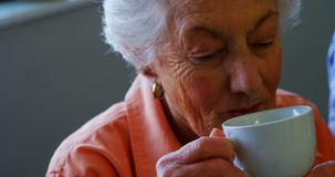 资深妇女杯子在养老院4k 影视素材