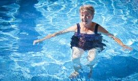 资深妇女游泳 库存照片