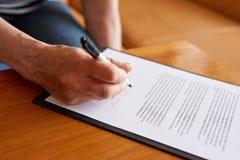 资深妇女署名文件 免版税库存图片