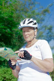 资深妇女自行车盔甲地图 图库摄影