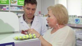 资深妇女询问药剂师关于她买的医学 影视素材