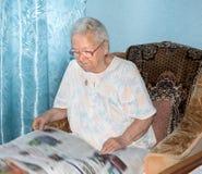 资深妇女读书早报 免版税库存照片