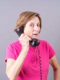 资深妇女谈话在电话 图库摄影