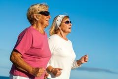 资深妇女跑步。 免版税图库摄影