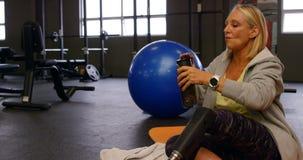 资深妇女饮用水在健身演播室4k 影视素材