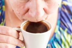 资深妇女饮用的咖啡 免版税库存照片