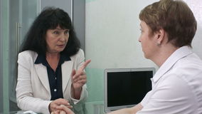 资深客户和女性医生讨论在医院 股票录像
