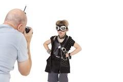 资深成人在白色背景的摄影师射击低劣的孩子 免版税库存照片