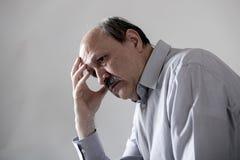 资深成熟老人顶头画象看起来他的60s的哀伤和担心的遭受的痛苦和消沉在悲伤面孔表示 免版税库存图片