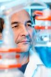 资深科学家在化工实验室工作 免版税库存图片