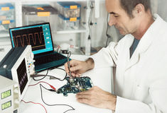 资深技术在hartware修理设施运作 免版税图库摄影