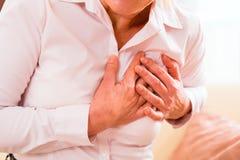 资深有心脏病发作在家 免版税库存图片