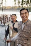 资深朋友画象,当钓鱼在湖时 免版税库存图片