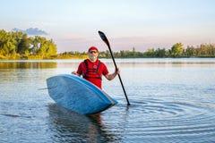 资深桨手与站立paddleboard 图库摄影