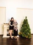 资深母亲和她的成人女儿 愉快的新的当事人年 免版税库存照片
