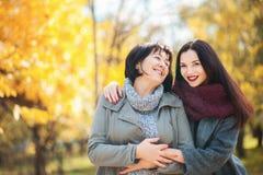 资深母亲和成人美丽的女儿画象在公园 库存照片