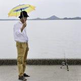 资深渔夫等待的抓住鱼 免版税库存图片