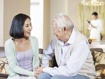 资深父亲和成人女儿 免版税库存图片