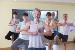 资深瑜伽类摆在 免版税图库摄影