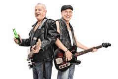 资深男性庞克摇滚乐低音演奏员和吉他弹奏者 免版税库存图片
