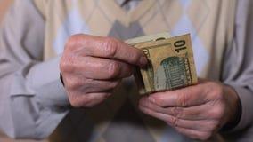 资深男性计数的美元钞票,贫穷,社会不可靠,特写镜头 影视素材