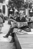 资深男性读书中国报纸在吉隆坡,马来西亚 免版税图库摄影