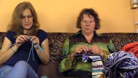 资深祖母和年轻人护理谈话和编织 股票录像