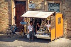 资深纪念品摊位宴会意大利的老妇人 库存照片