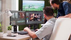 资深编辑来到videographer和谈论项目 股票视频
