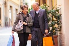 资深老男人和妇女购物在意大利 库存照片
