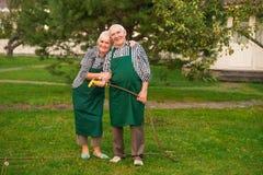 资深花匠夫妇,水水管 免版税库存照片