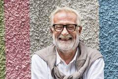 资深英俊的人微笑的幸福概念 免版税库存照片