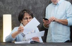 资深读的邮件夫妇在家 免版税库存照片