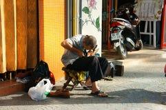 资深越南人,修理鞋子 库存图片