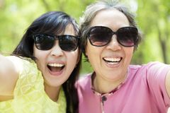 资深采取selfie的母亲和女儿 免版税库存图片