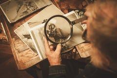 资深重建者与古色古香的装饰元素一起使用在他的车间 库存照片