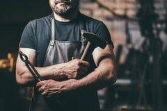 资深铁匠在铁匠铺 库存照片