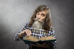 资深阅读书,老人教育老人 免版税库存照片