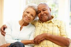 资深非裔美国人的夫妇在家 库存图片