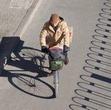 资深骑自行车者在一个晴朗的冬日,北京,中国 库存照片