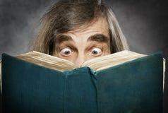 资深读书开放书,惊奇的老人, amazi 免版税库存图片