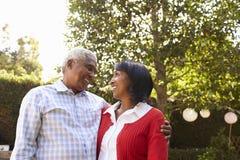 资深黑夫妇在他们的看彼此的庭院里 免版税库存照片
