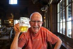 资深活跃人饮用的啤酒 库存图片