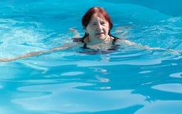 资深活跃妇女游泳 库存图片