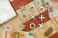 赌博为金钱、十字架和零的比赛,欧洲硬币,欧洲笔记, 免版税库存照片